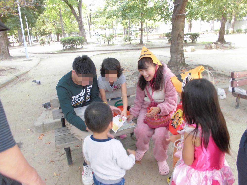 公園でお菓子くばり