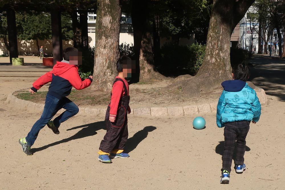 公園でサッカー